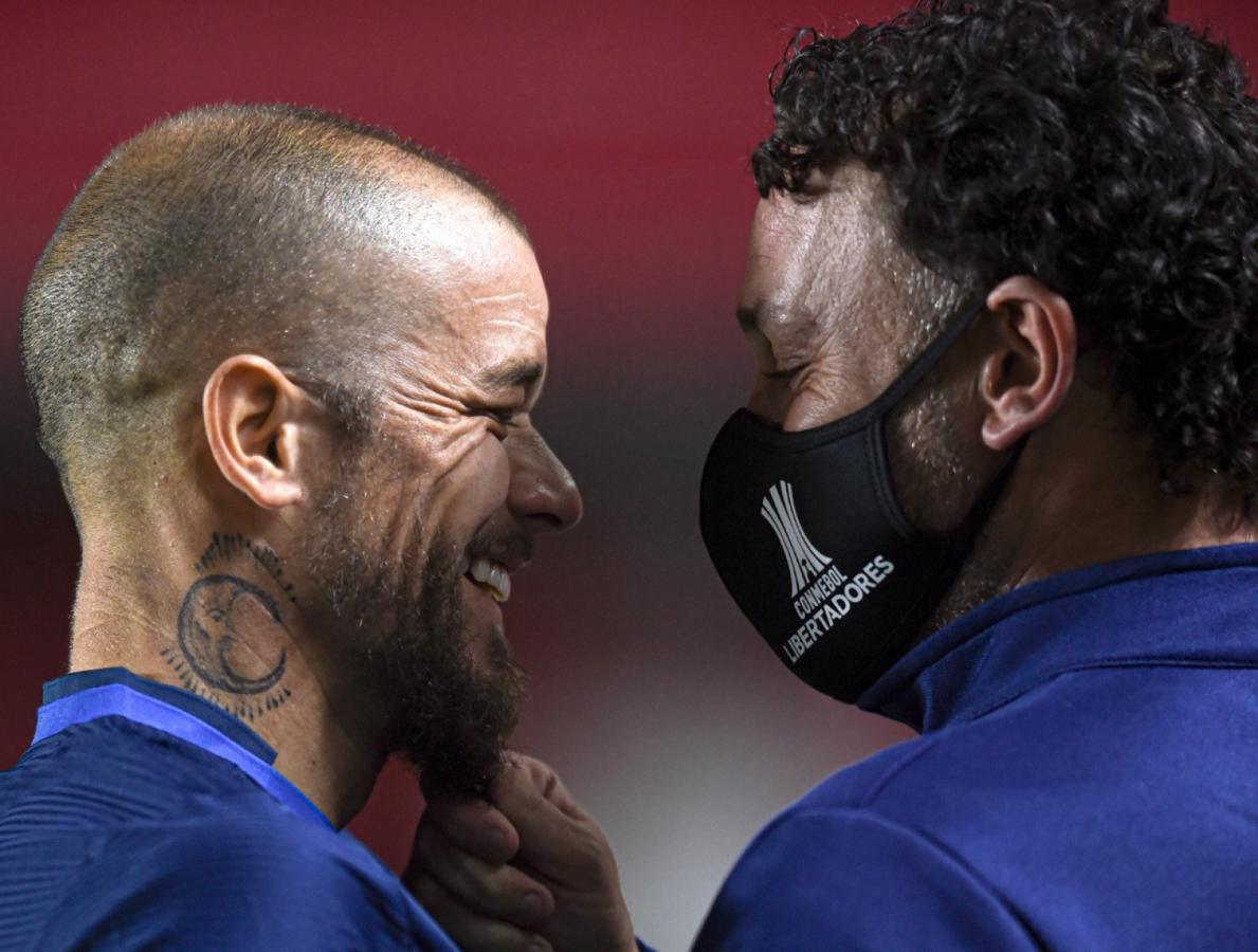 Dos viejos conocidos, cara a cara. D'Alessandro y Gabriel Milito, a pura sonrisa, en la previa del partido. Foto: Staff Images (CONMEBOL)