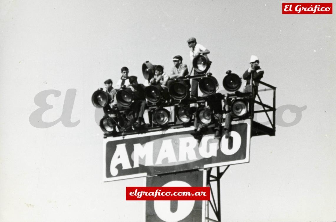 1964 Rosario. Jugaban N.O.B. vs. Boca un 11 de noviembre de 1964. Algunos hinchas encontraron un lugar con muy buena visión pero un poquito peligroso. Foto: Antonio Legarreta.
