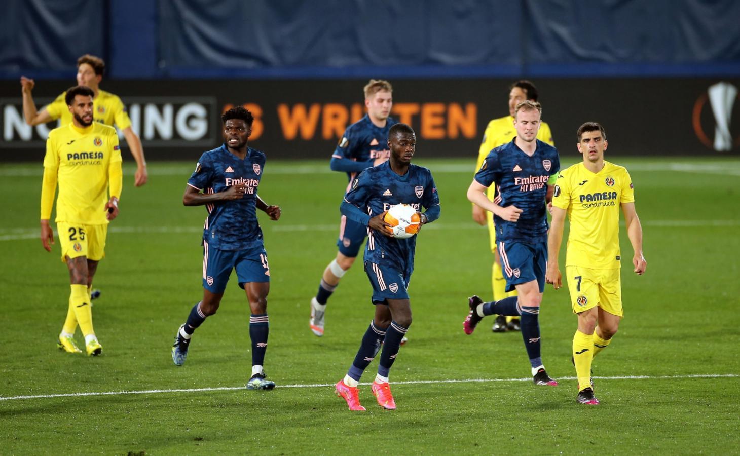 Nicholas Pépé acaba de convertir el descuento para Arsenal y se apura para la reanudación del juego.