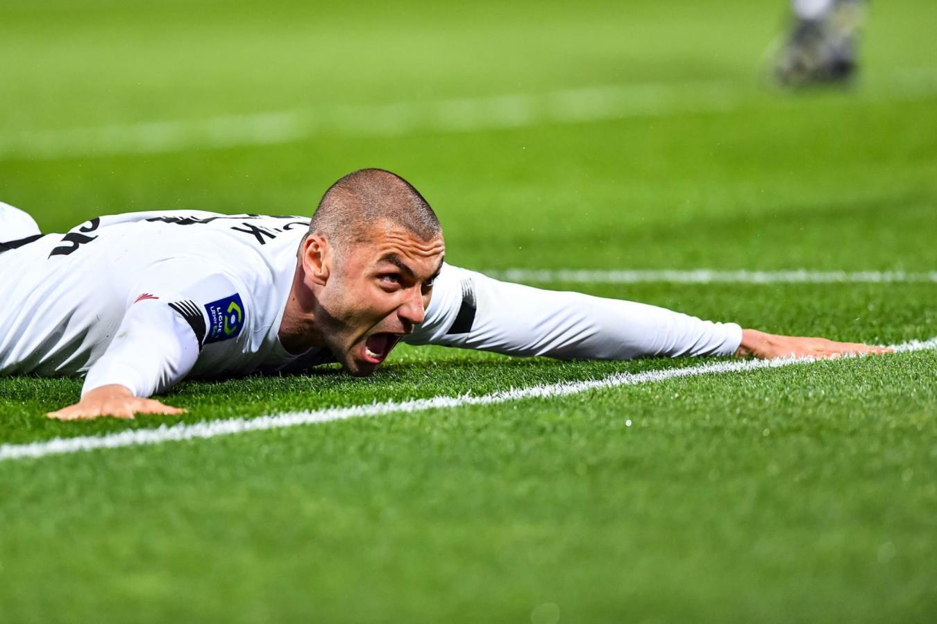 El turco Burak Yilmaz celebra su primer tanto en el clásico ante Lens. Lleva 15 goles en la temporada.