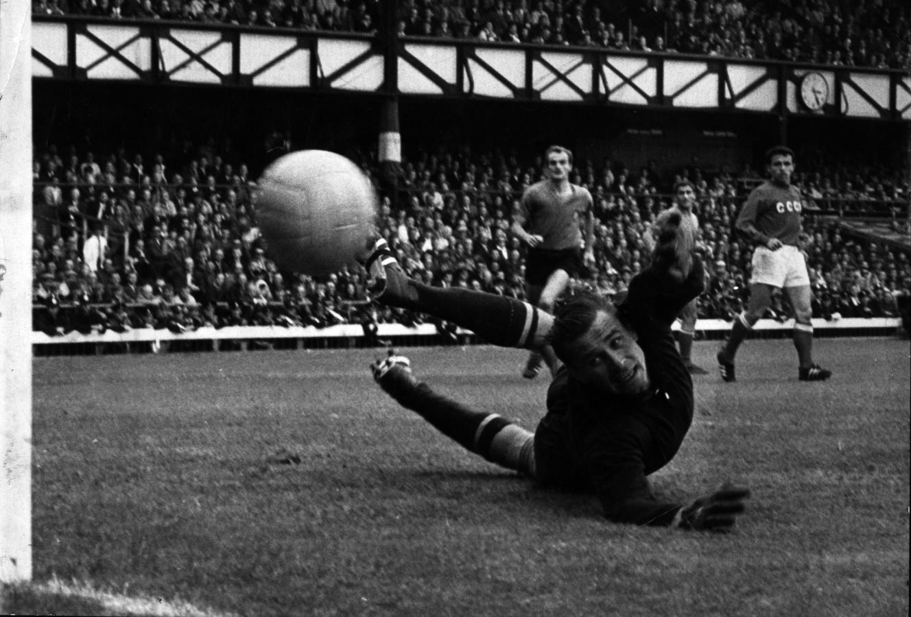 Unión Soviética 1 - Italia 0, en Inglaterra 1966, Yashin destruía la moral de los delanteros, parecía invencible.
