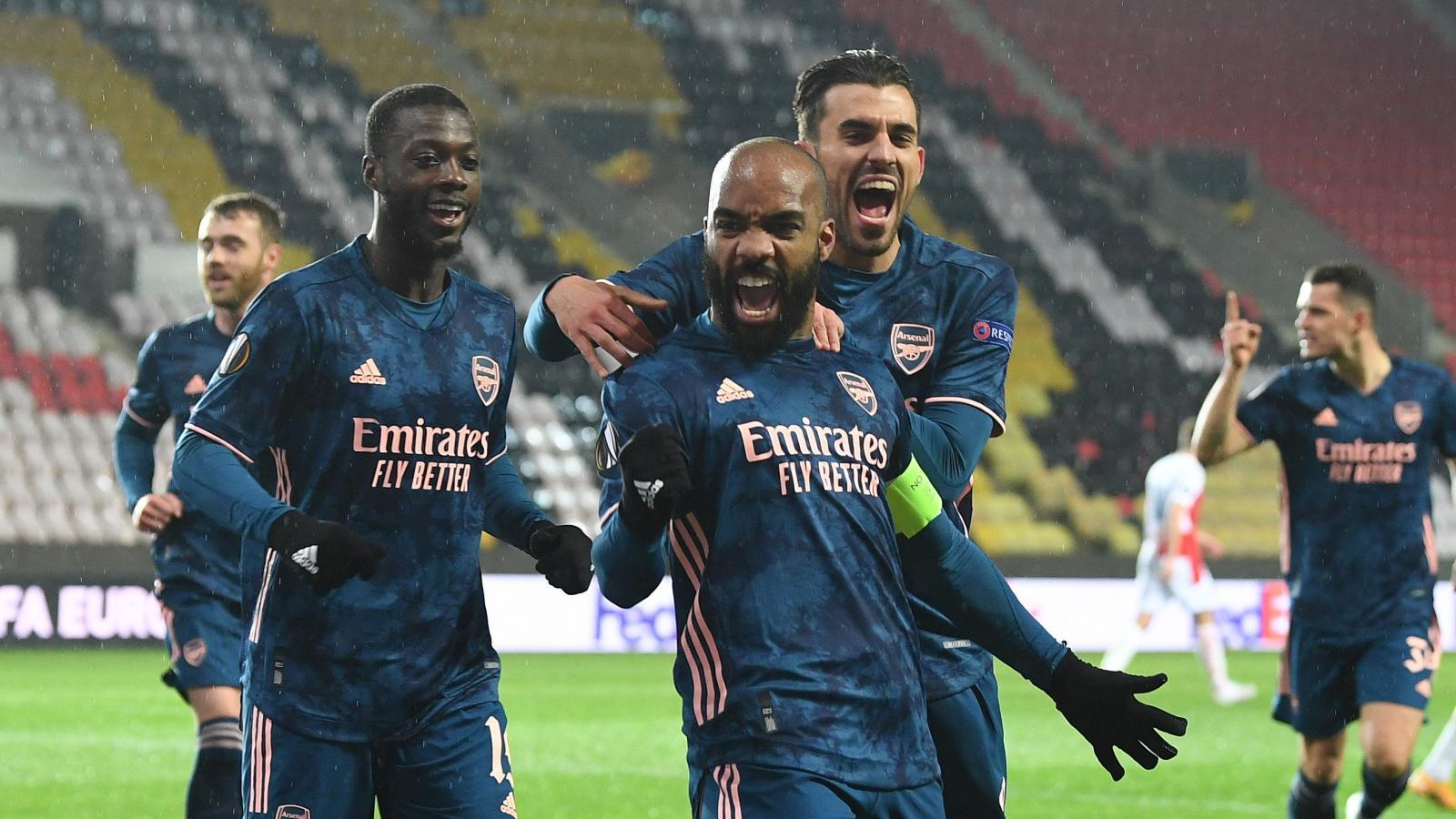 Lacazette festeja uno de sus dos tantos. Arsenal se floreó en Praga y accedió a semifinales. Foto: @Arsenal