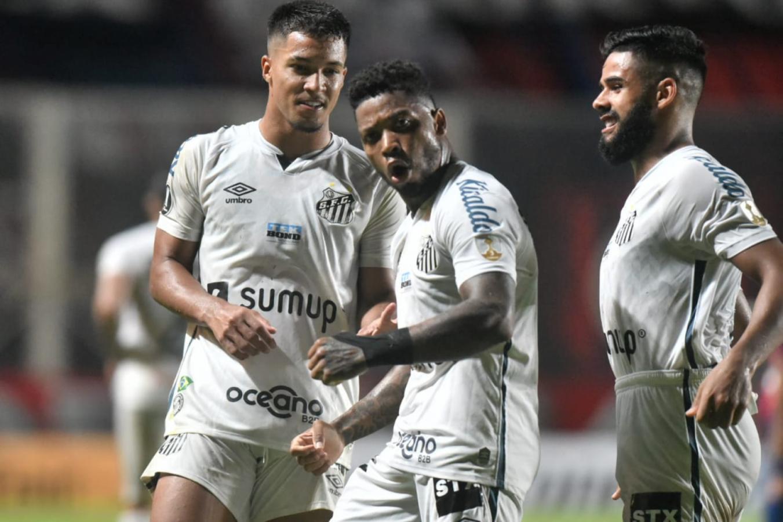 Marinho celebra el tanto, el segundo de Santos, tras superar a Devecchi mediante un tiro penal. Foto: @SantosFC