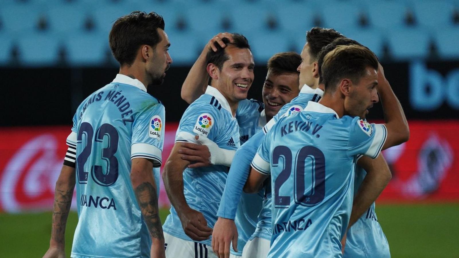 Augusto Solari recibe el cariño de sus compañeros tras marcar su primer gol en la liga española.