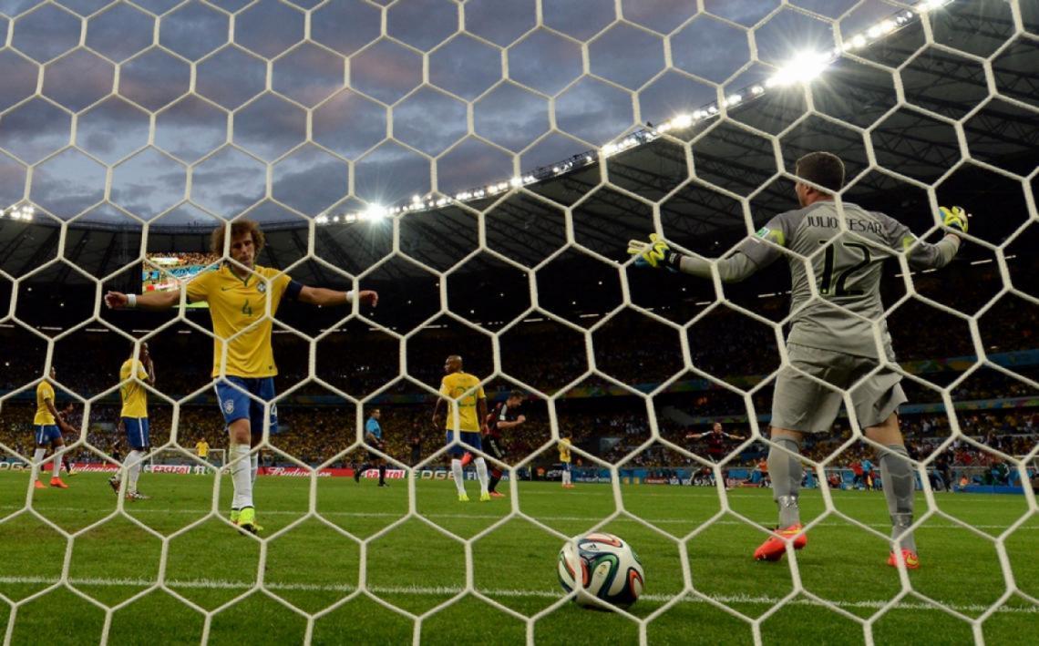 """David Luiz, abre los brazos, no lo puede creer. El """"Mineirazo"""" entra en la historia."""