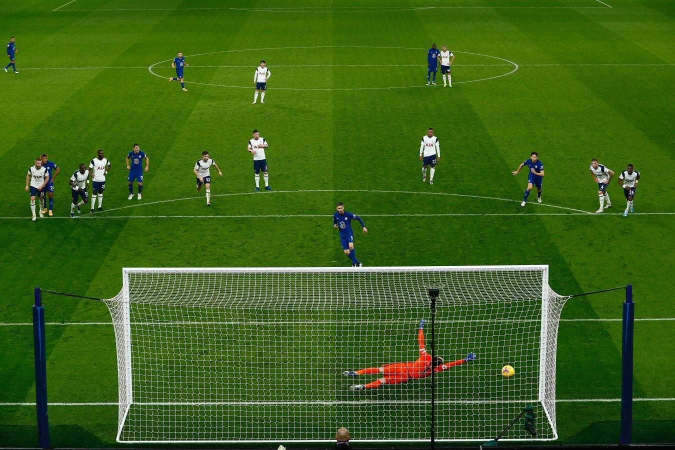 Jorginho marcó de penal el único tanto del partido. Segundo triunfo al hilo para los Blues.