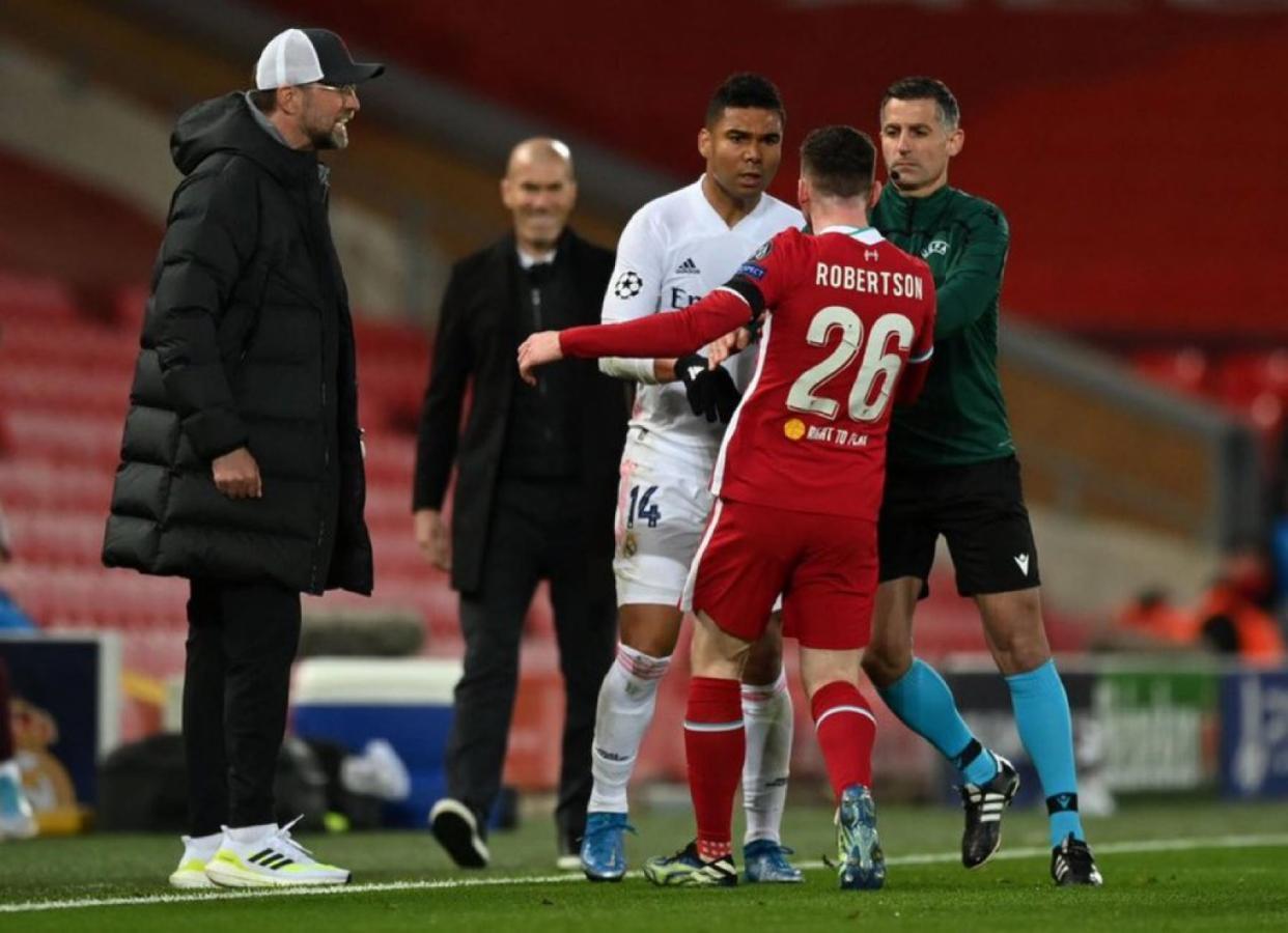Casemiro discute con Robertson, Klopp increpa al brasileño y Zidane, al fondo, disfruta del accionar de su dirigido, embarrando el partido. Mágico momento en Anfield.