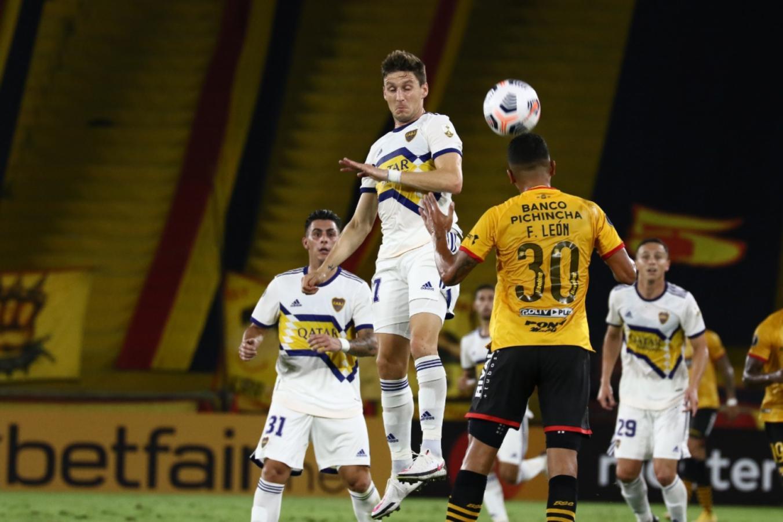Más lucha que fútbol. Así fue el primer tiempo en Guayaquil entre Barcelona y Boca. Foto: Staff Images / CONMEBOL