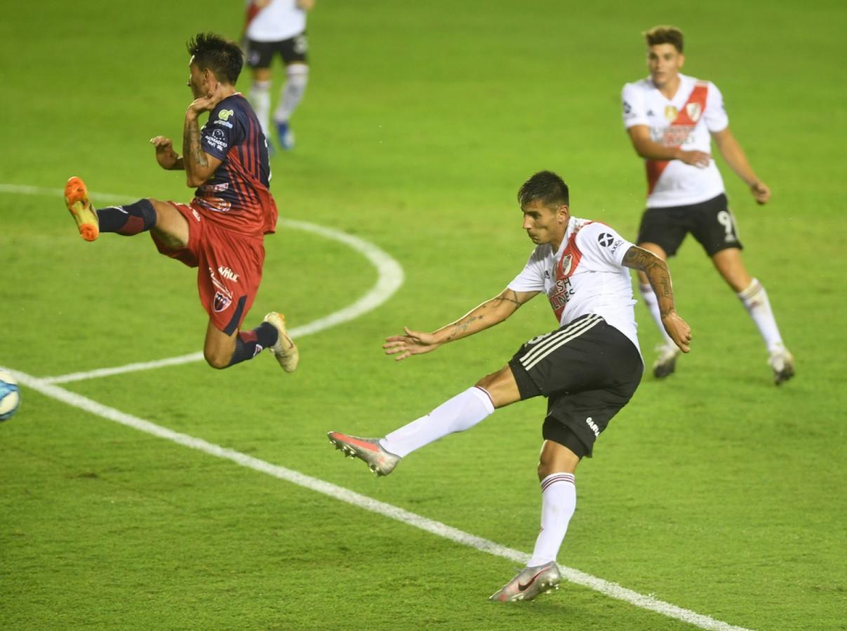 Primer gol de Angileri con la camiseta de River. Una volea espectacular al primer palo. Foto: Gómez Ramiro (TELAM)