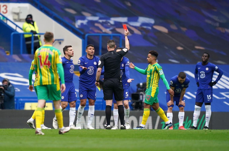 El momento que cambió la historia del partido: Thiago Silva ve la roja y deja a Chelsea con 10 hombres. Se vendría la remontada de West Brom.