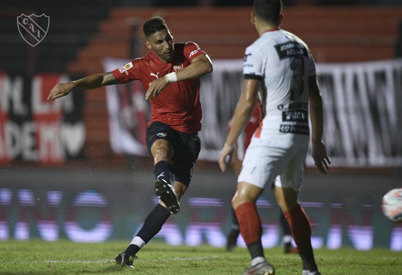 Derechazo y a cobrar. Insaurralde le dio los tres puntos al Rojo con este disparo. Fotos: @Independiente