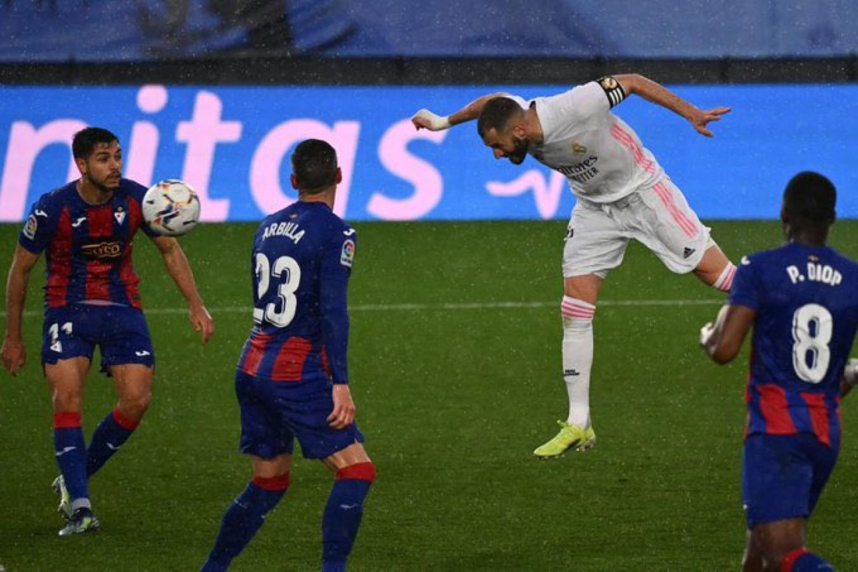 Benzemá puso las cifras finales con este cabezazo. Fue su 18° gol liguero en la presente temporada.