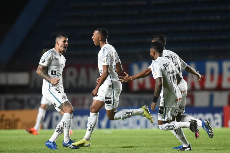 Lucas Braga abrió el score después de una fenomenal jugada individual. Foto: @SantosFC