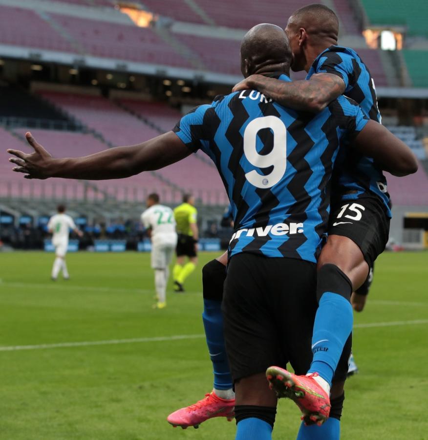 Lukaku y Young, los protagonistas del primer tanto, festejan el 1-0 del Inter, que continúa su marcha hacia el título. Fotos: @Inter