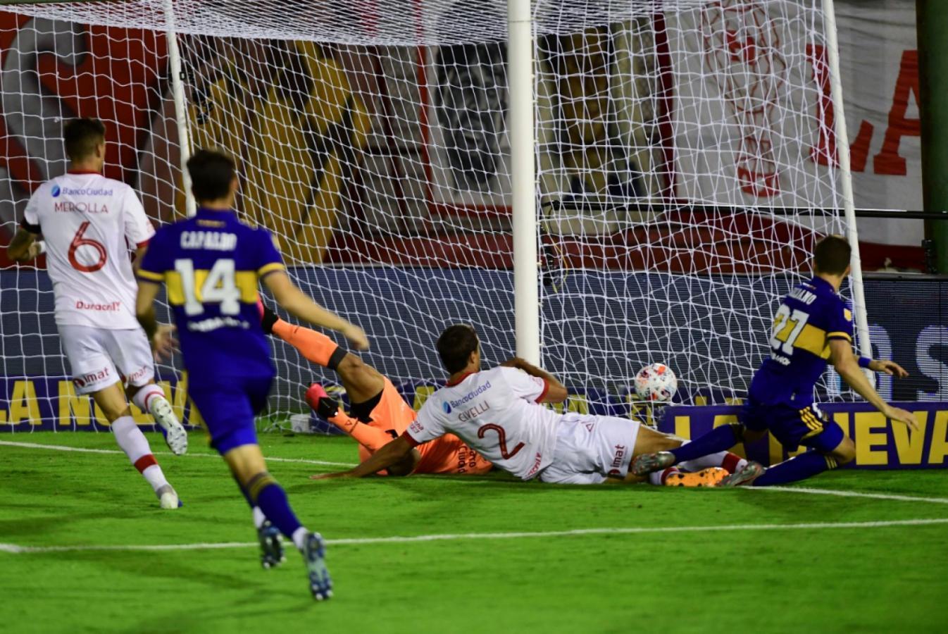 Soldano pescó un rebote en el área rival y abrió la cuenta. Gol de centrodelantero para el 1-0 parcial de Boca. Foto: Maximiliano Luna (Telam)