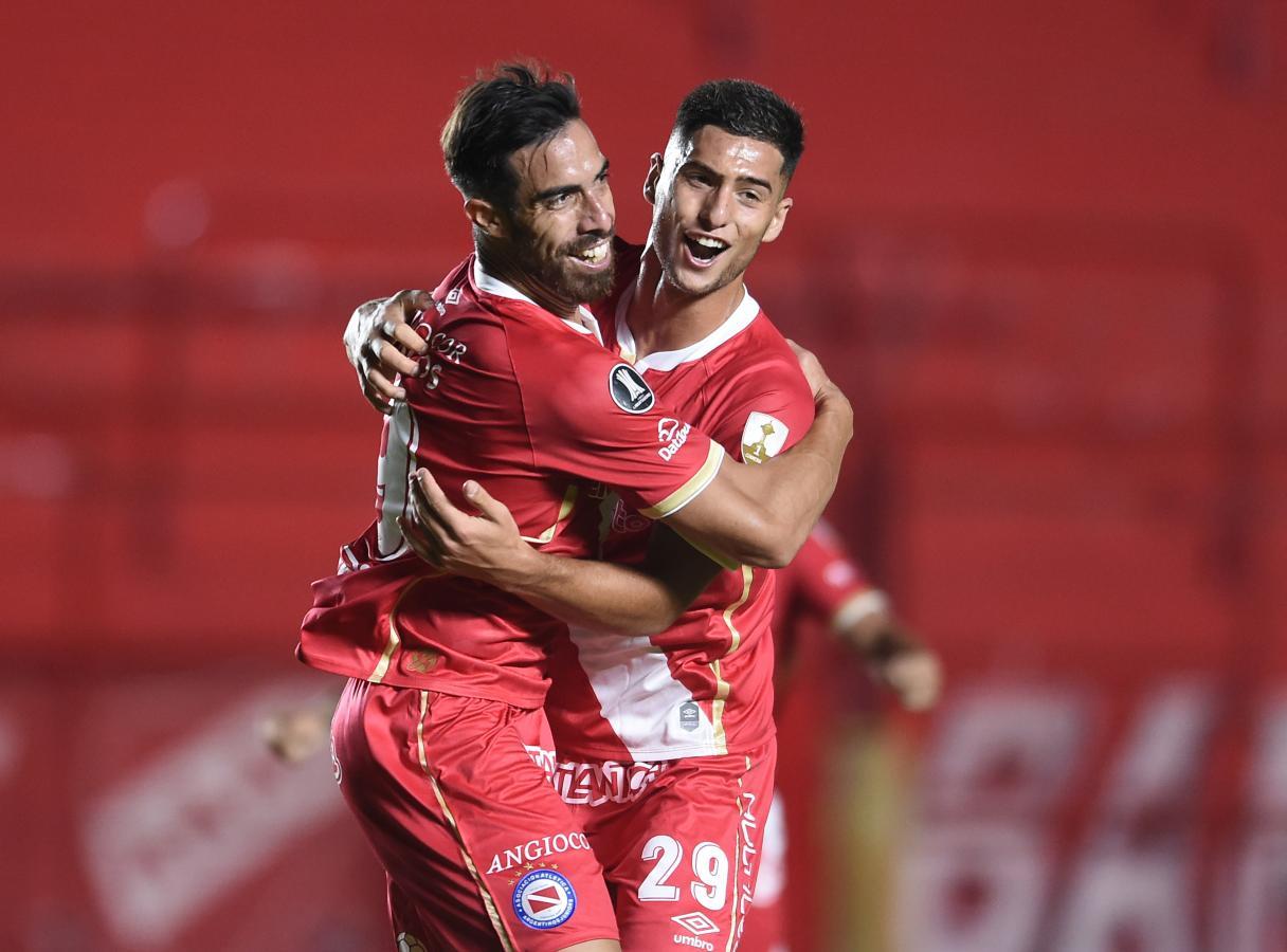 Ávalos festeja su tanto con Di Cesare. Fue a los 25 minutos del primer tiempo. Foto: Staff Images (CONMEBOL)