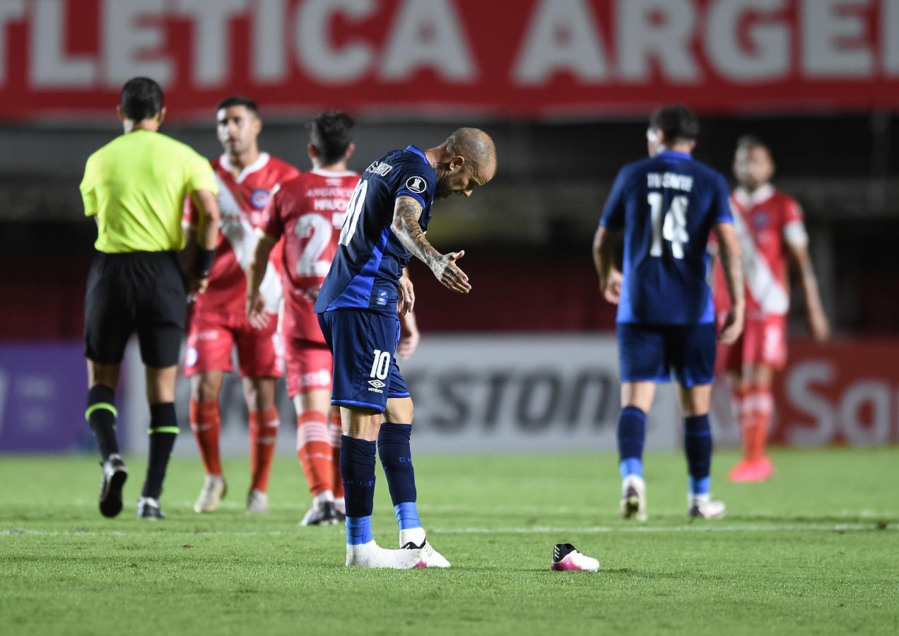 Buen debut de D'Alessandro con la camiseta de Nacional, pese a la derrota del Bolso. Jugó todo el partido y terminó acalambrado. Foto: @Libertadores