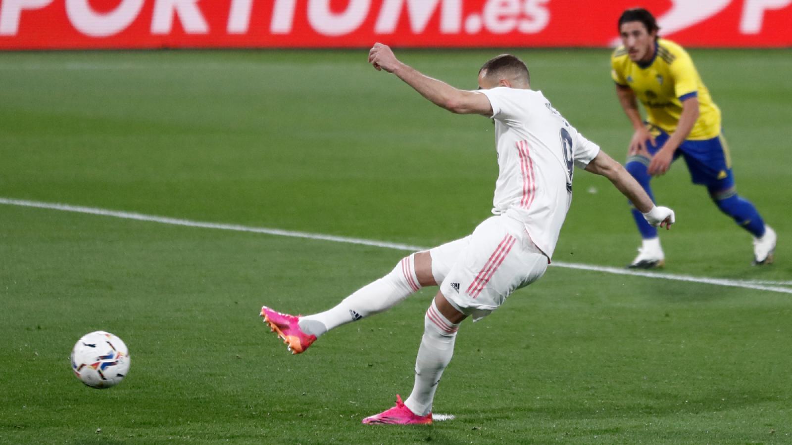 A la media hora de empezado el partido Karim Benzemá abrió la cuenta con este penal.