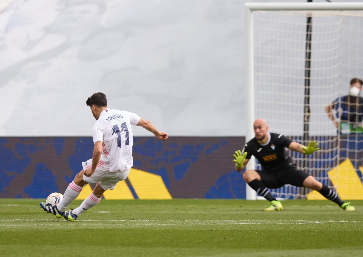 Pese al resbalón al momento de rematar, Asensio se las ingenió para abrir el score.