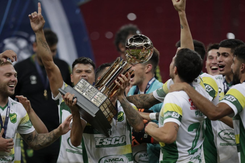 La copa se mira y se toca. UESLEI MARCELINO, AFP, POOL