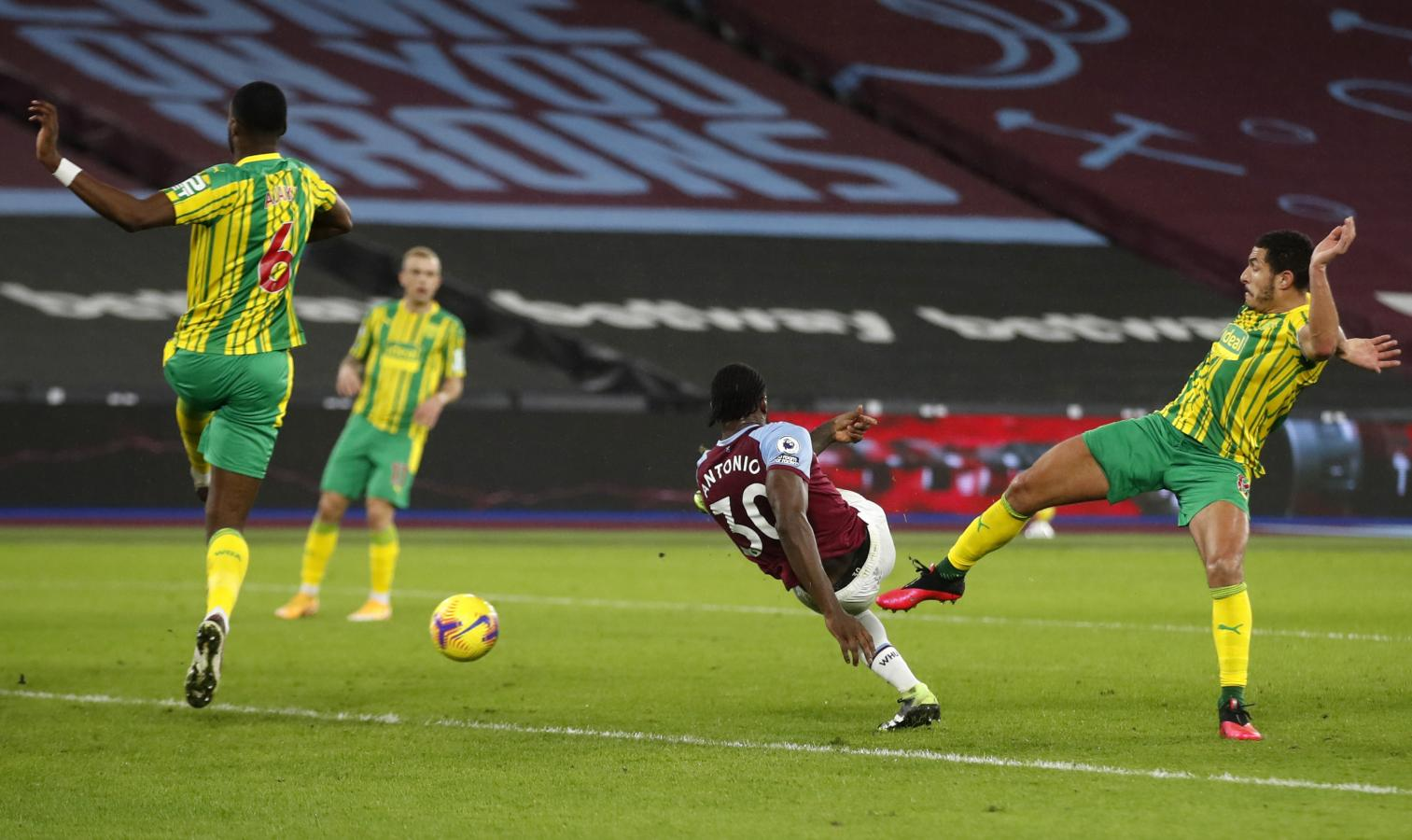 Michail Antonio, la figura de la cancha, le da el triunfo a West Ham con esta volea.
