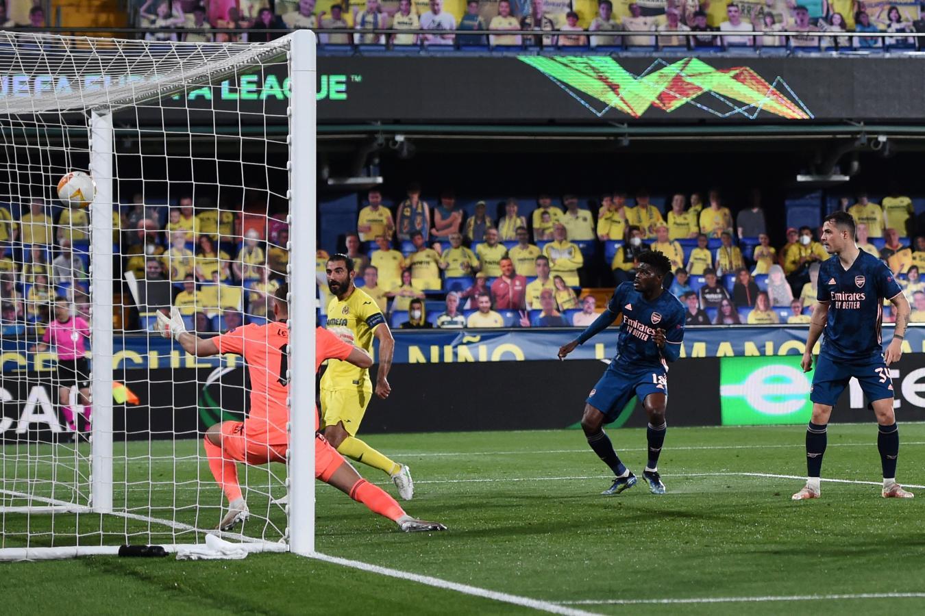 Raúl Albiol aparece solo por el segundo palo y pone el segundo tanto del Villarreal.