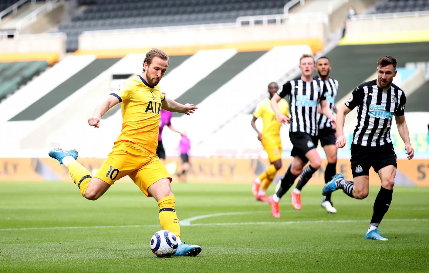 Harry Kane está por sacar el derechazo para decretar el segundo gol de Tottenham y el segundo de su cuenta personal. Es el máximo anotador de la Premier League.