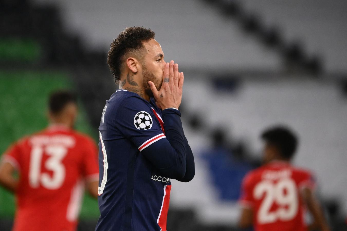 Neymar jugó un partidazo. En el primer tiempo estrelló la pelota contra el poste y el travesaño, y aquí se lamenta por esas ocasiones falladas. Foto: @ChampionsLeague