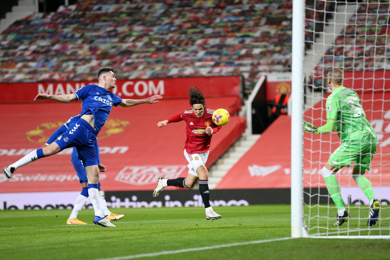 Con este cabezazo, el uruguayo Edinson Cavani abrió el marcador en el primer tiempo.