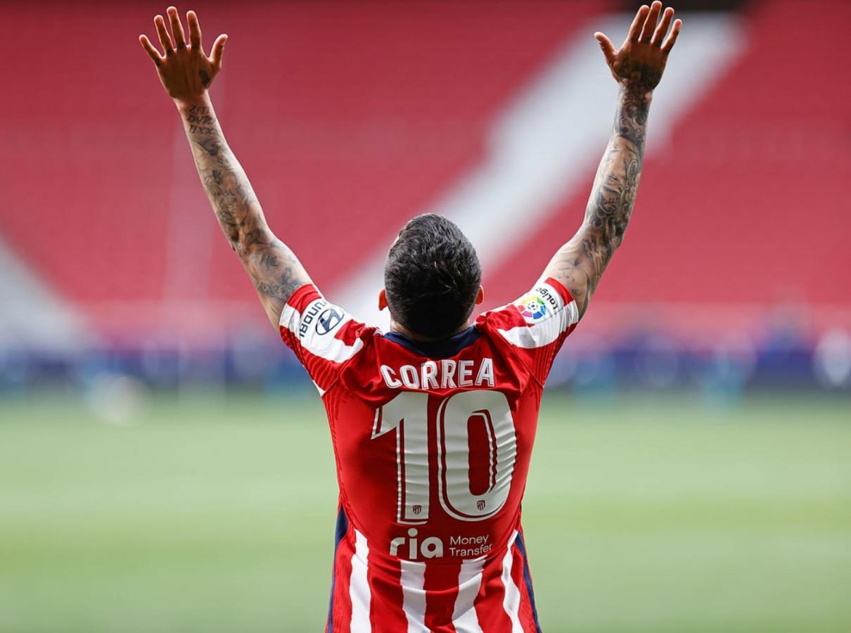 Mirada al cielo y festejo de gol para Angelito Correa, el 10 del Atlético de Madrid.